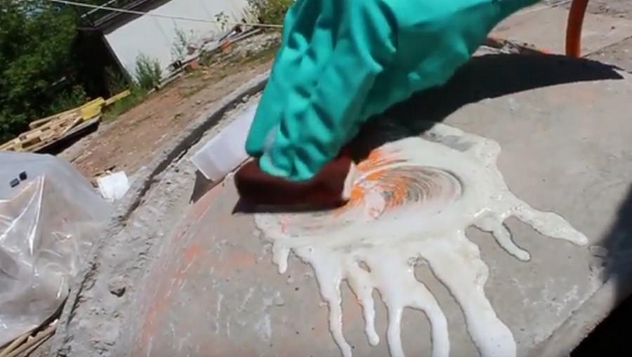 Благодаря действию кислоты, бетон начинает легко смываться водой со стекол, металла, керамической плитки, кирпича.